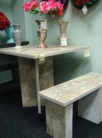 Мраморная скамья и мраморный стол