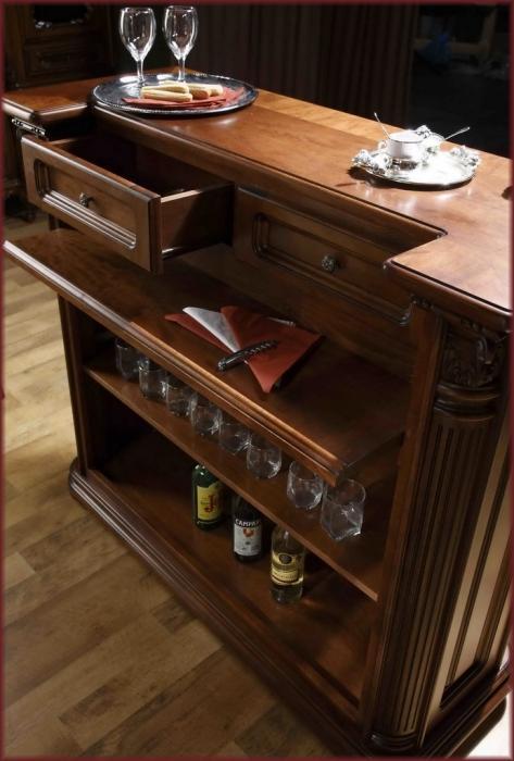 классическая барная стойка с деревянной столешницей