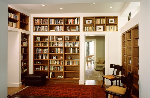 Домашняя библиотека с рабочей зоной: как получить всё на небольшой площади городских квартир?