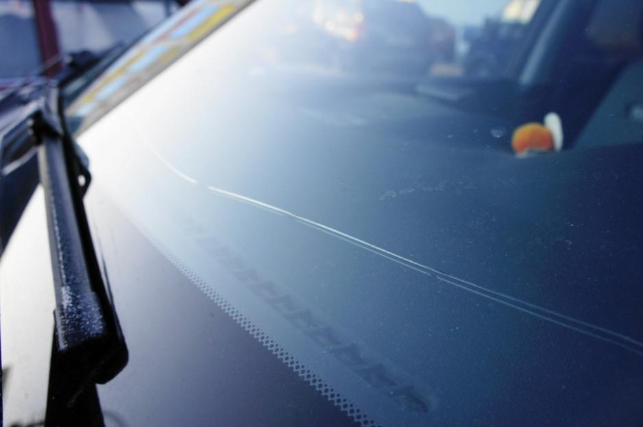 Как ремонтируют трещины на лобовом стекле