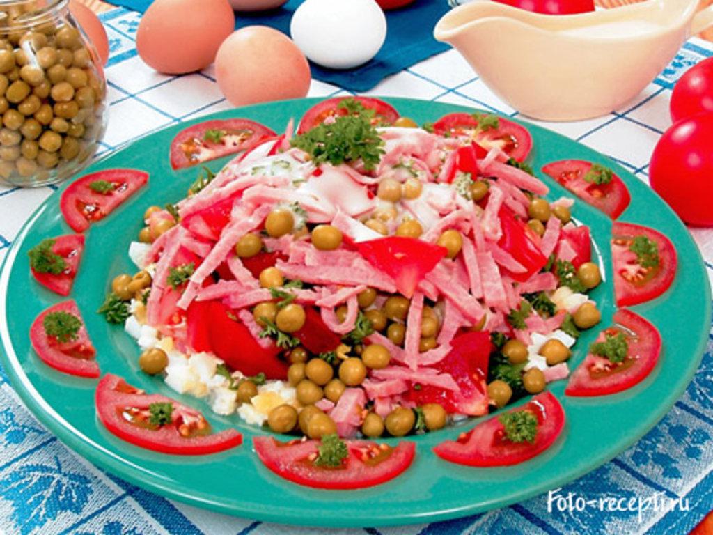 Салат с томатом и зеленым горошком