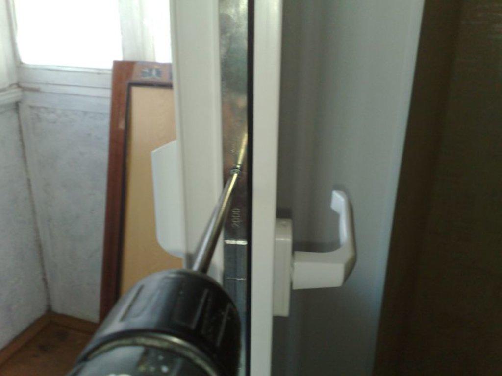 Балконная защелка для пластиковой двери: установка механичес.