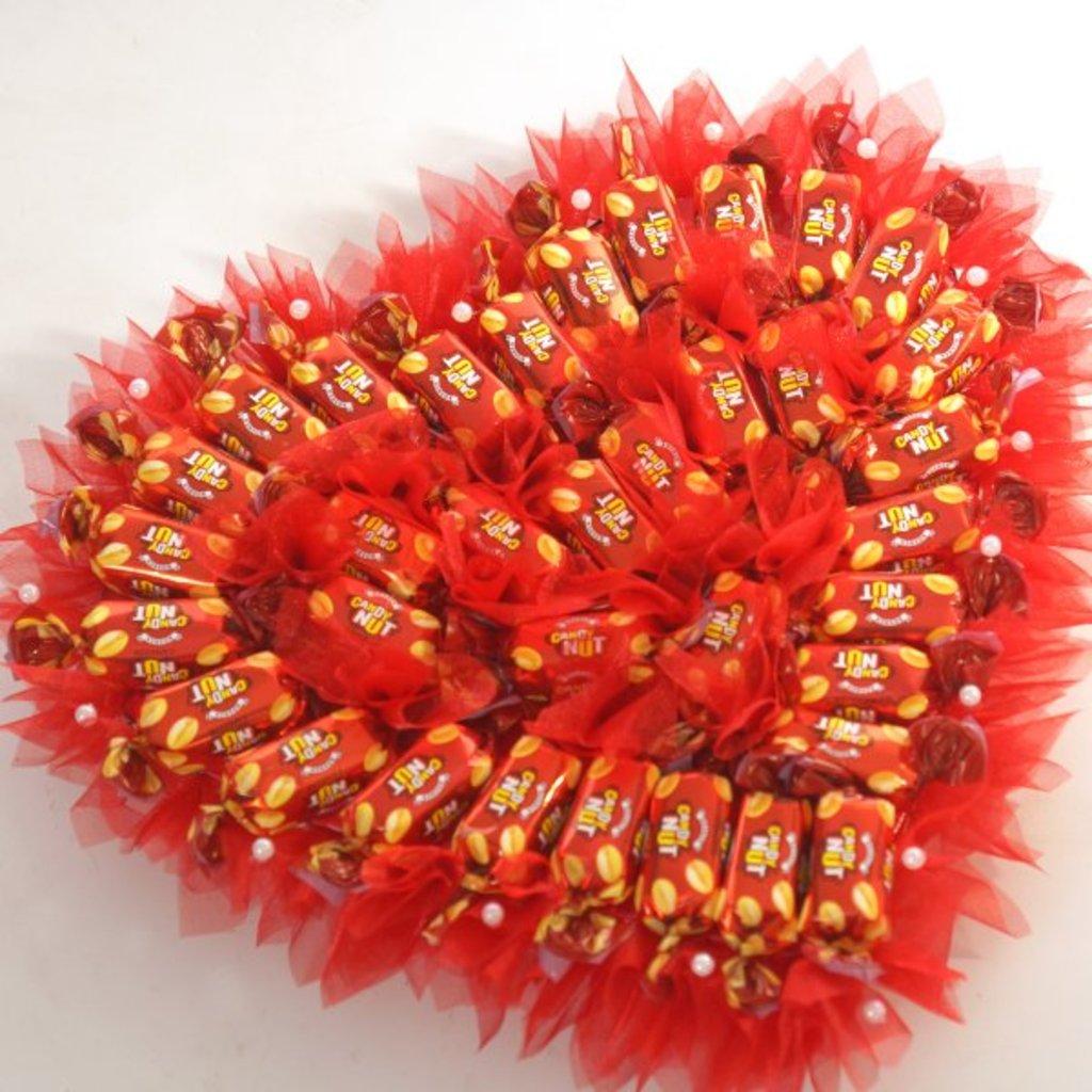 Сердце из конфет пошаговое