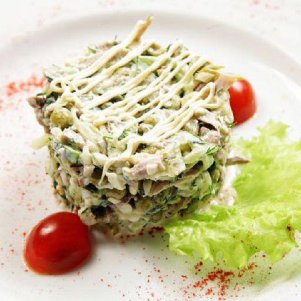 Салат с языком и ветчиной и солеными огурцами