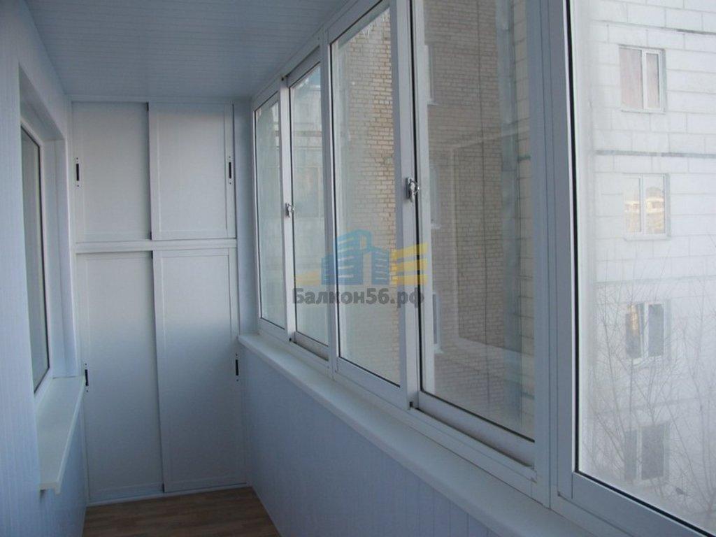 Обшивка балкона пластиковыми панелями с встроенным шкафом..