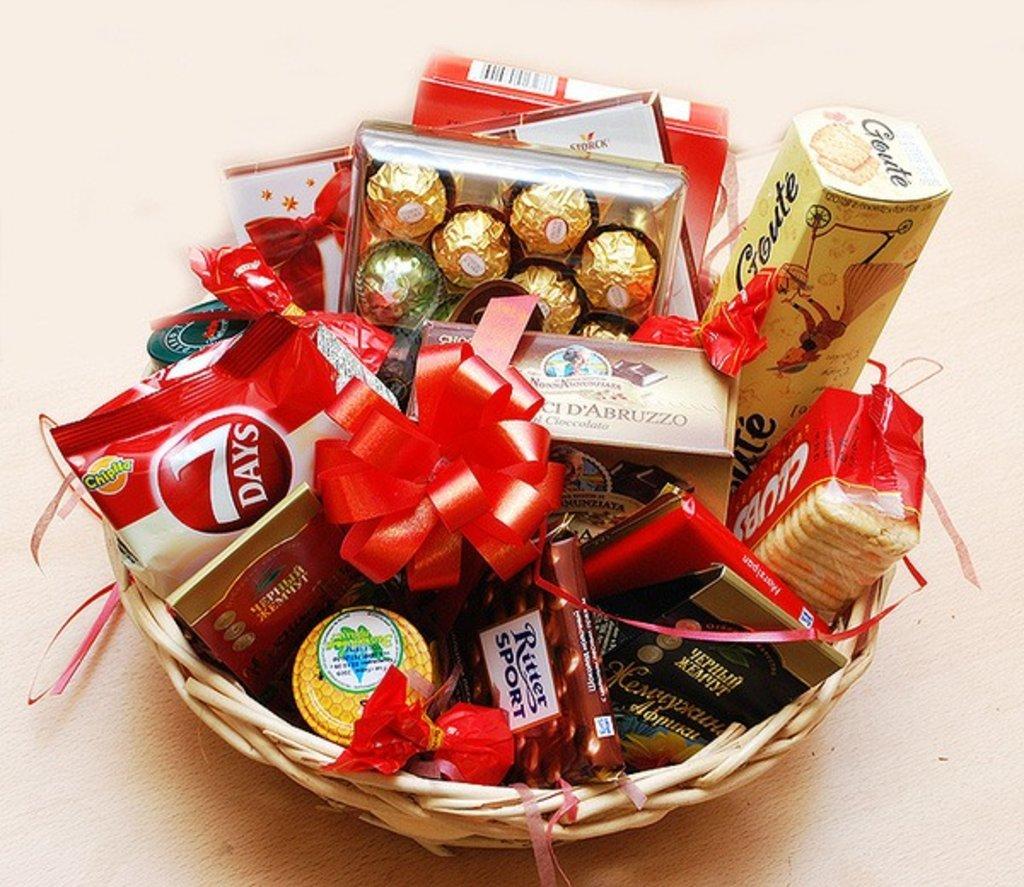 Подарок корзина цветы с конфетами
