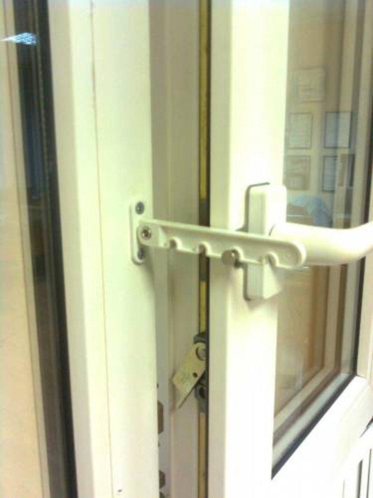 Комплектующие для окон и дверей пвх: проветриватель на пласт.