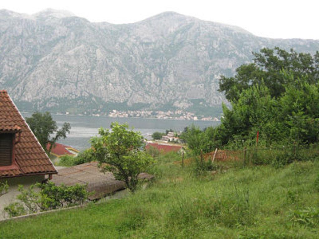 Земля в черногории на берегу моря