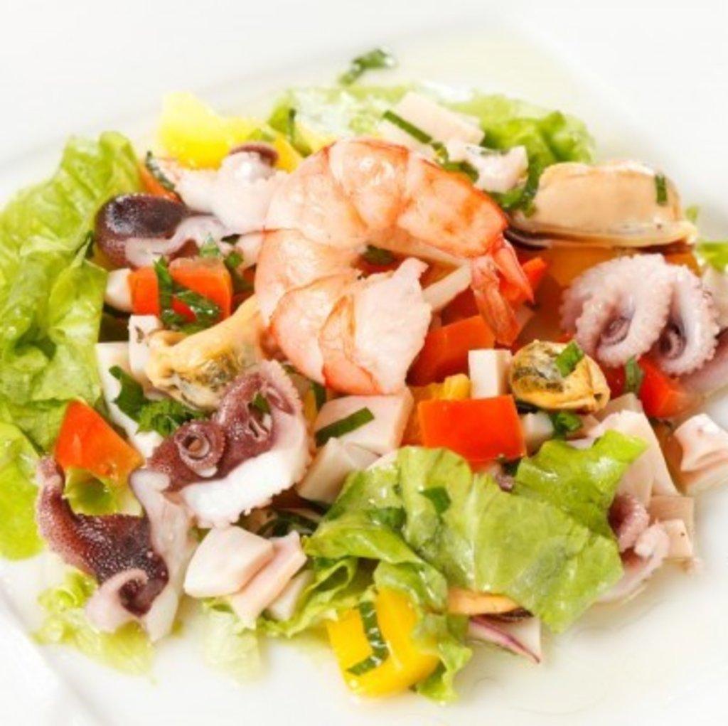 Салат из морепродуктов морской коктейль с
