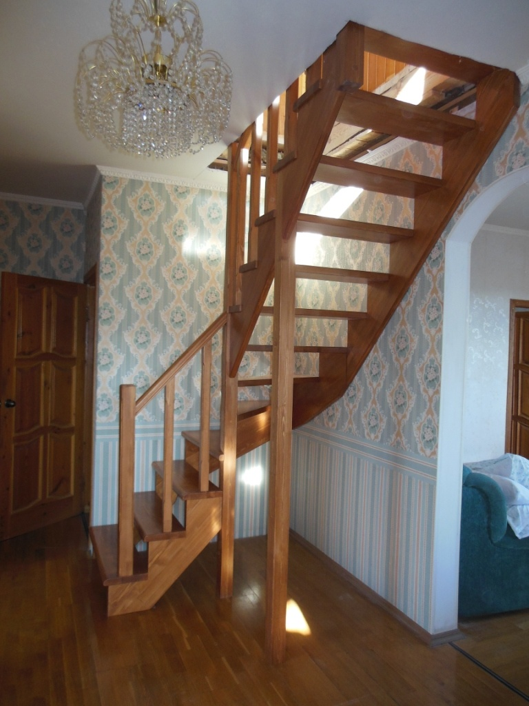 Г-образная деревянная лестница с забежными ступенями