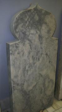 Мраморный памятник стела фигурная