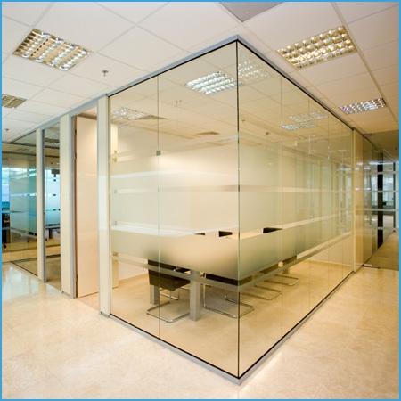 Стильные стеклянные перегородки в офис
