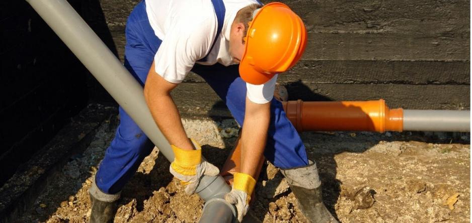 Монтаж выпуска канализации