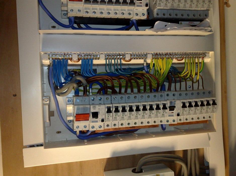 Заменить выключатели, розетки и вилки электроприборов