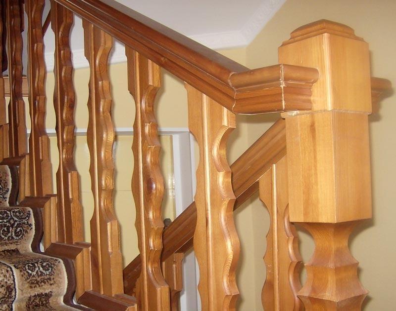 Большой выбор балясин из дерева для лестниц.