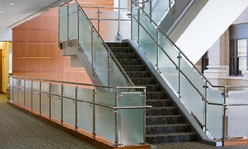 Ограждение лестницы со стеклом