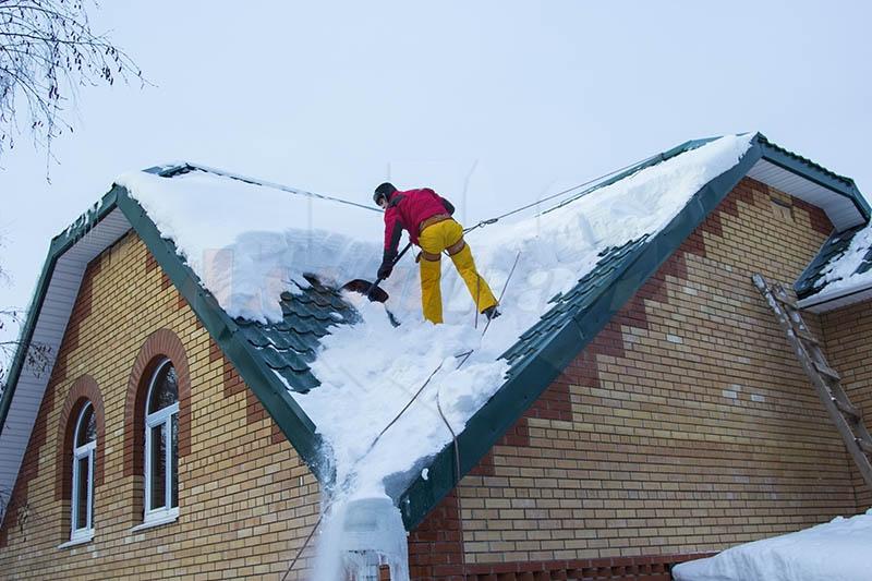 Чистка крыш от снега в Череповце