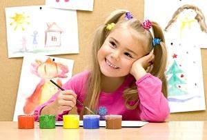 Девочка рисует гуашью