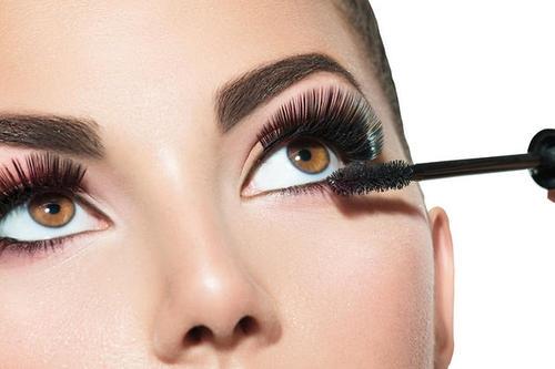 контактные линзы и косметика