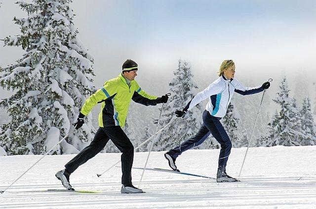 мужчина и женщина на лыжах