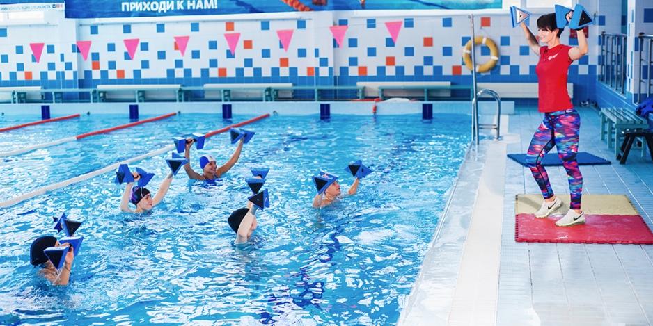 Занятия аквааэробикой в бассейне
