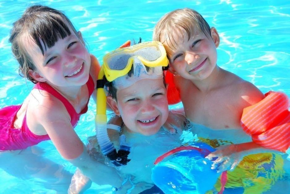 Дети в лагере с бассейном