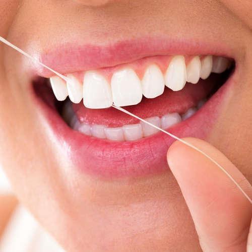 чистка зубной нитью