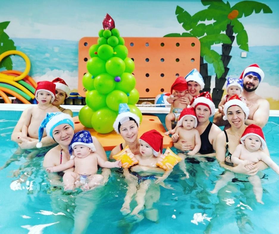 новогодняя елка в бассейне