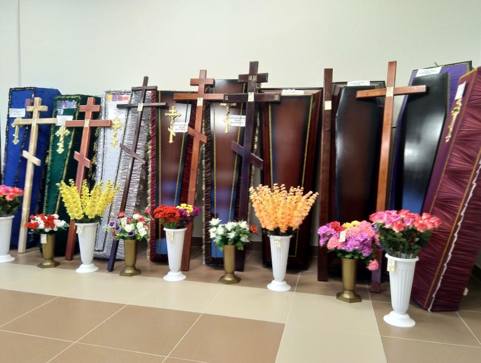 гробы, кресты, цветы