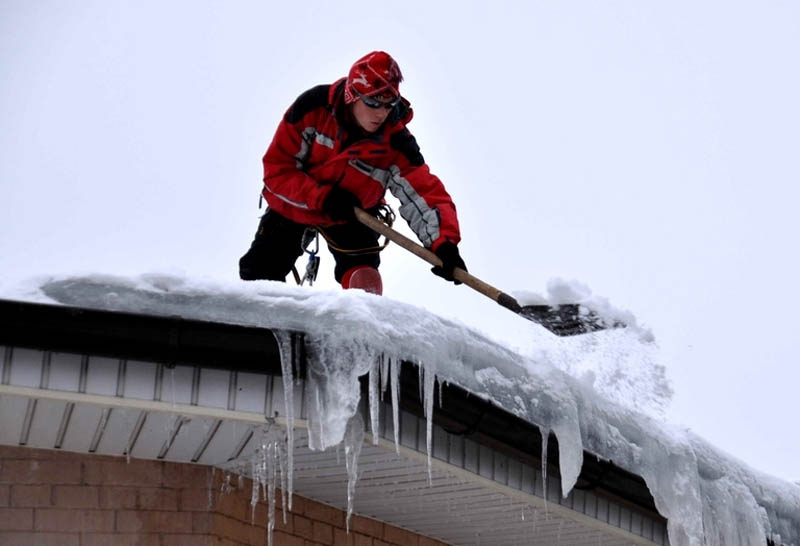 Уборка снега с крыш и очистка от наледи